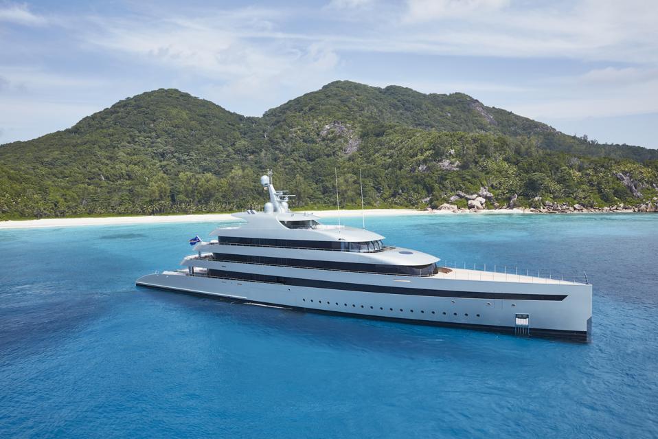 The Feadship Savannah superyacht sails on the ocean