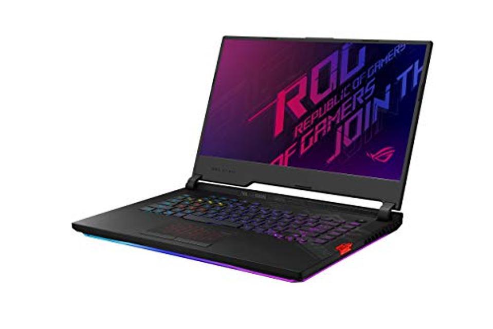 La computadora portátil para juegos ASUS ROG Strix Scar 15 se abrió y muestra el fondo de pantalla de Republic of Gamers