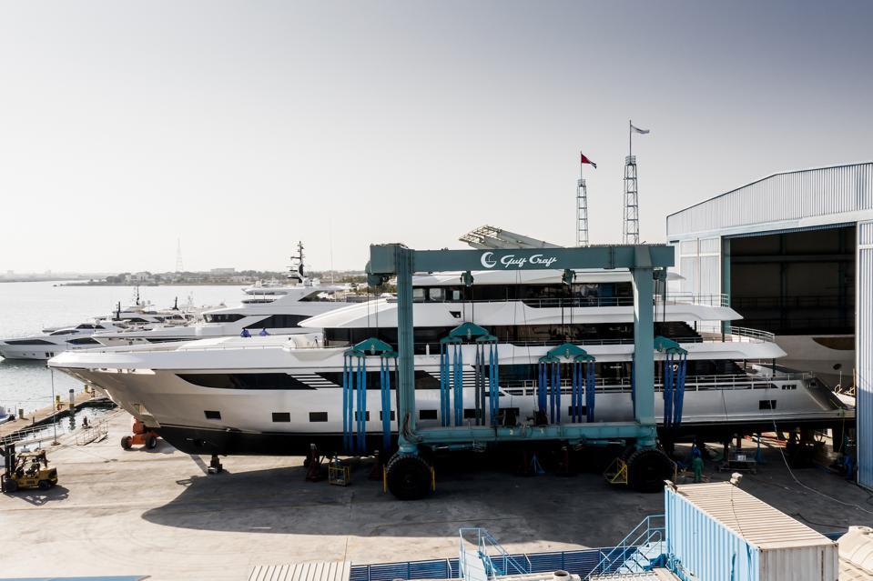 Le yacht Majesty 175 se trouve dans le chantier naval de Gulf Craft aux EAU