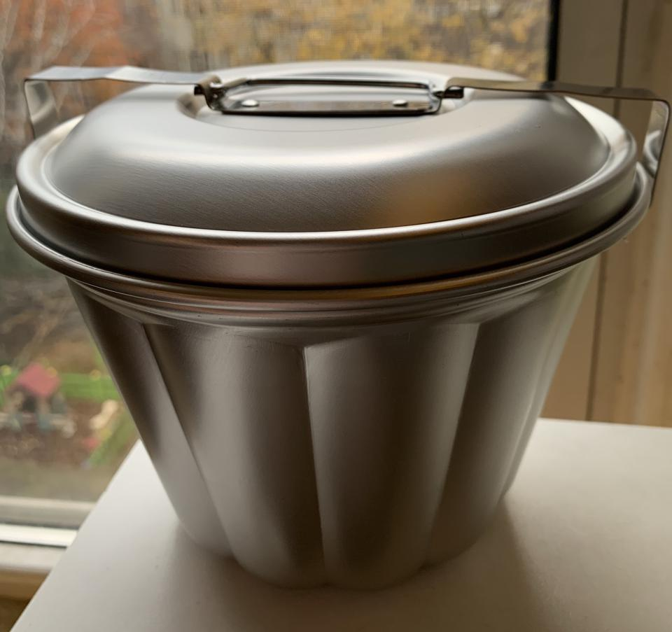 Metal pudding basin for steamed puddings like diggy pudding