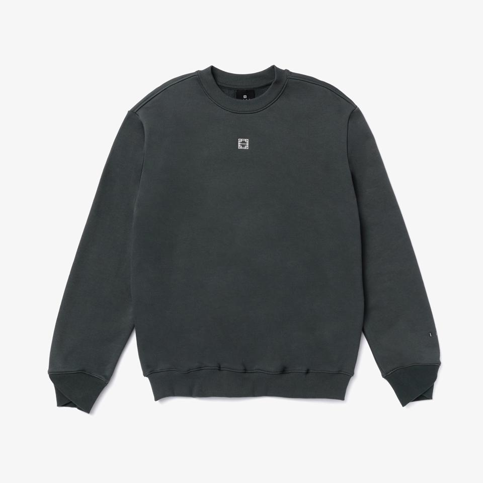 The Essentials Crewneck is made from 650g/yd Korean organic terry cotton, featuring their signature overlap sleeve cuff detail and logo embroidery on the chest and sleeve. Standard fit.