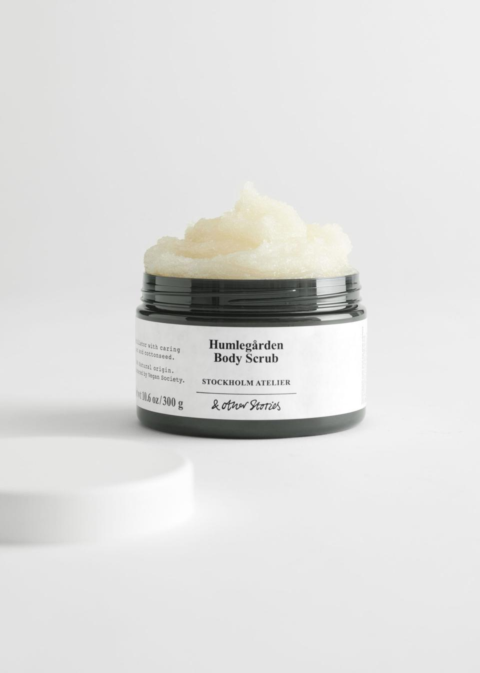 Registered by the Vegan Society, developed with a high level of natural origin and housed in bottles made from recycled PCR plastic, this renewing body sugar scrub that gently exfoliates your skin, turning it silky smooth.