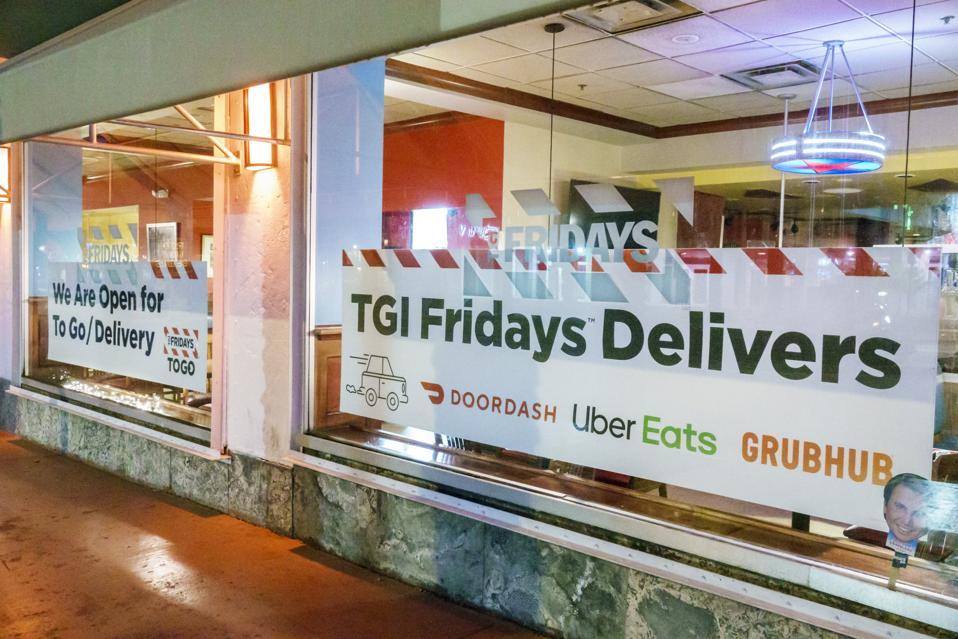 Dado que los restaurantes han tenido que cerrar debido a la pandemia, las aplicaciones de entrega como DoorDash, GrubHub y Uber Eats se han convertido en un salvavidas para empresas en dificultades, como la ubicación de este TGI Friday en Miami.