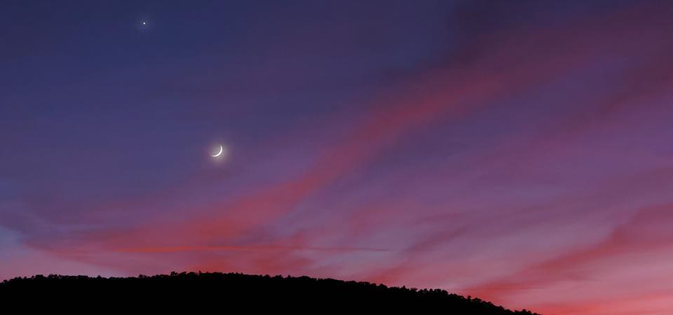 Luna y Marte versus nubes rosa-anaranjadas