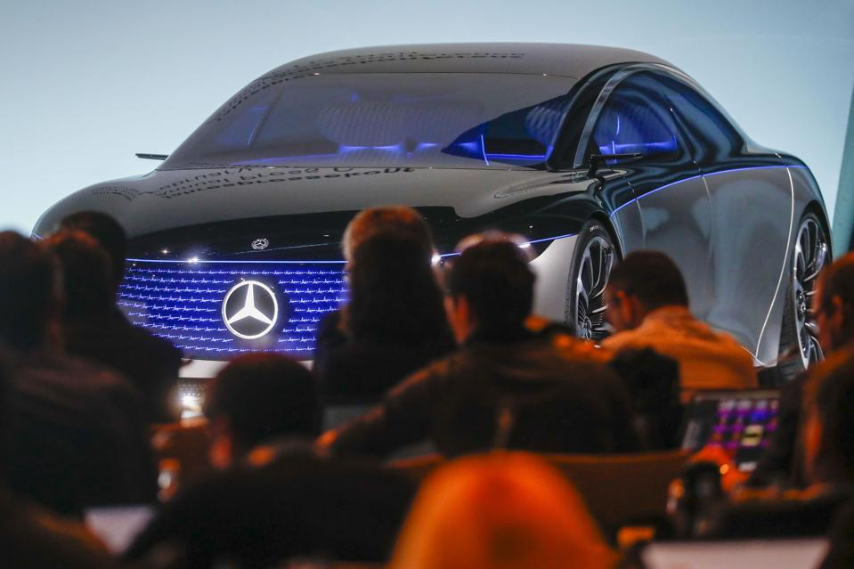 Daimler AG Cuts Dividend to Lowest in Decade Amid E-Car Shift
