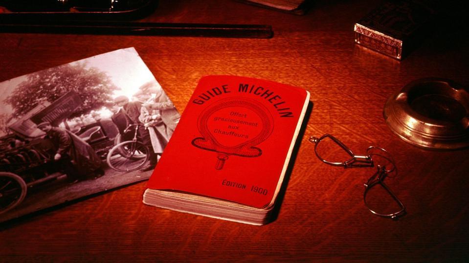 En una foto de archivo, 1.900 personas Michelin están sentadas en la mesa de al lado leyendo unas gafas de mano.