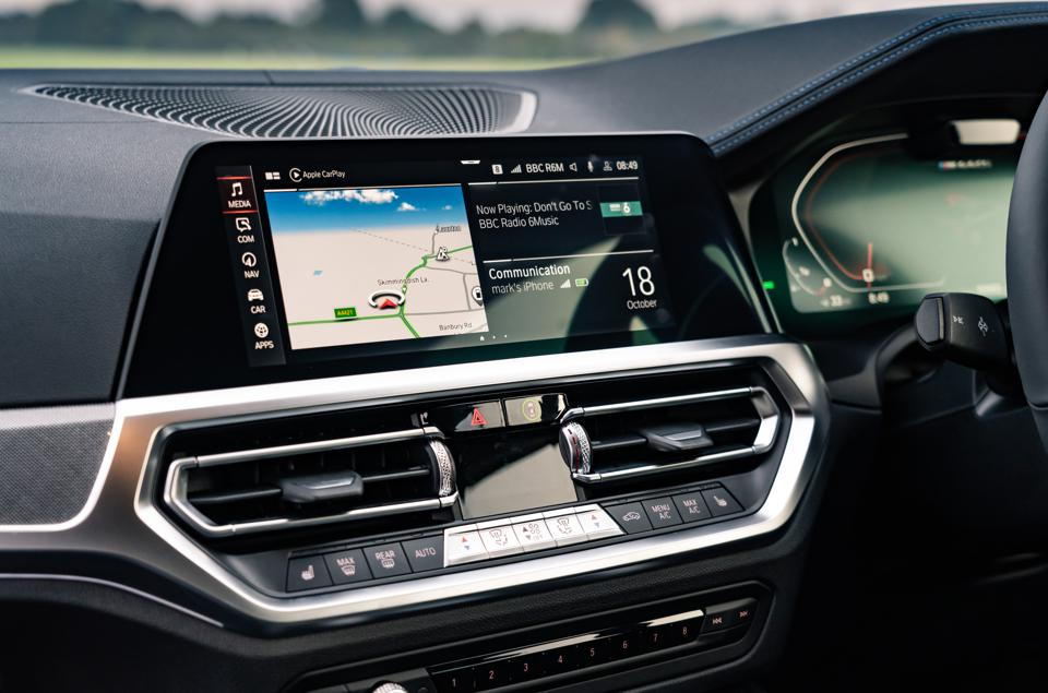 Close-up photo of the touchscreen iDrive display of the 2020 BMW 4 Series Coupe