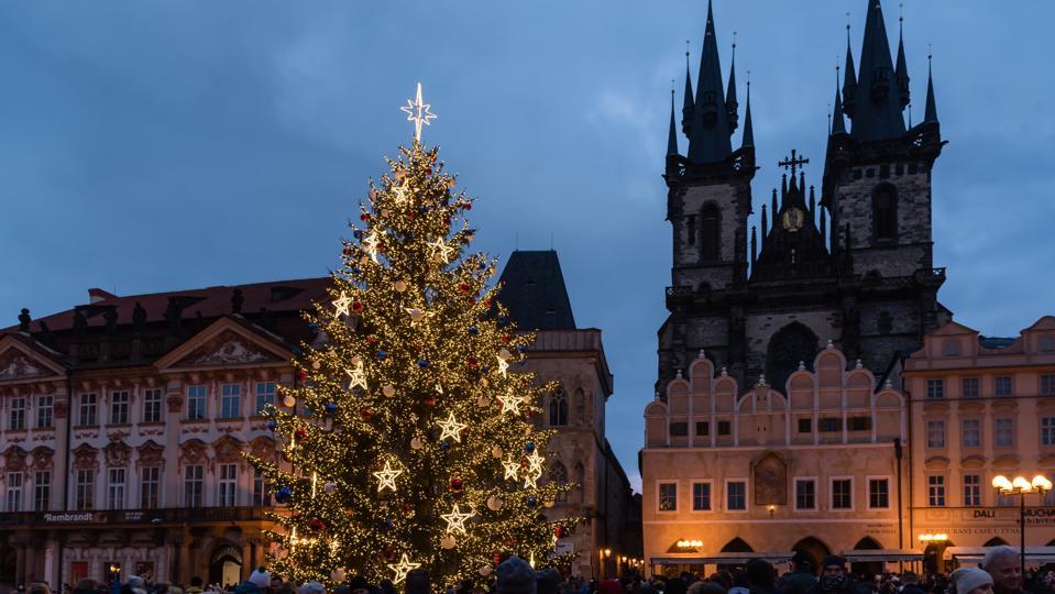 Albero di Natale illuminato visto nella piazza della città vecchia di Praga.