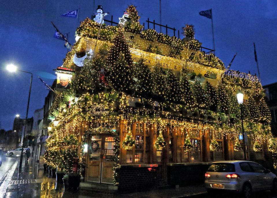 Oltre 100 alberi di Natale e decorazioni assortite in tutto il pub Churchill Arms a Londra.