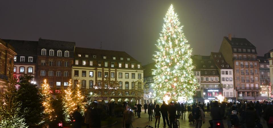 Gigantesco albero di Natale sulla piazza principale di Strasburgo, Francia.
