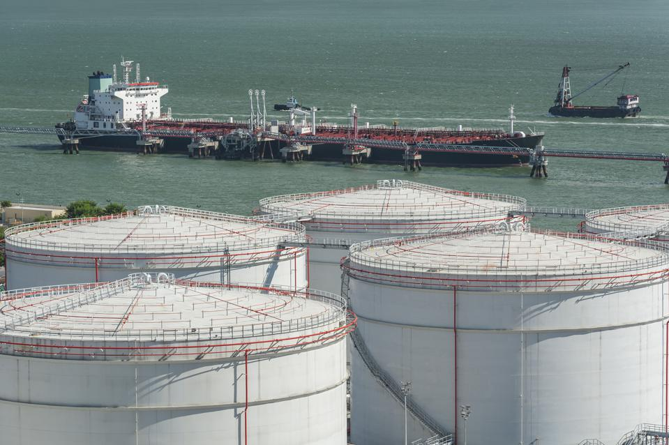 Ship oil retailers (who own storage tanks and supply ships) could meet the 0.5% target by mixing different qualities of oil