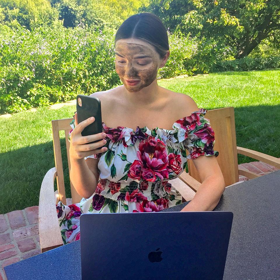 La fundadora de KORA Organics, Miranda Kerr, trabajando desde casa en 2020