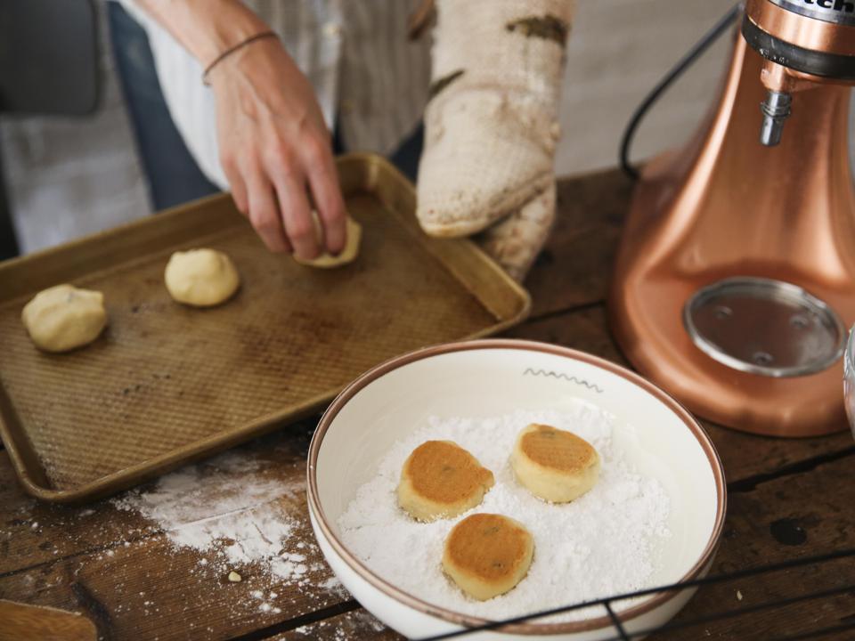 Femme faisant des biscuits sablés aux boules de neige,
