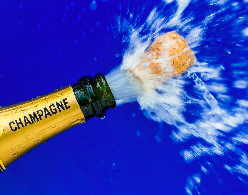 Eine Flasche Champagner wird geöffnet