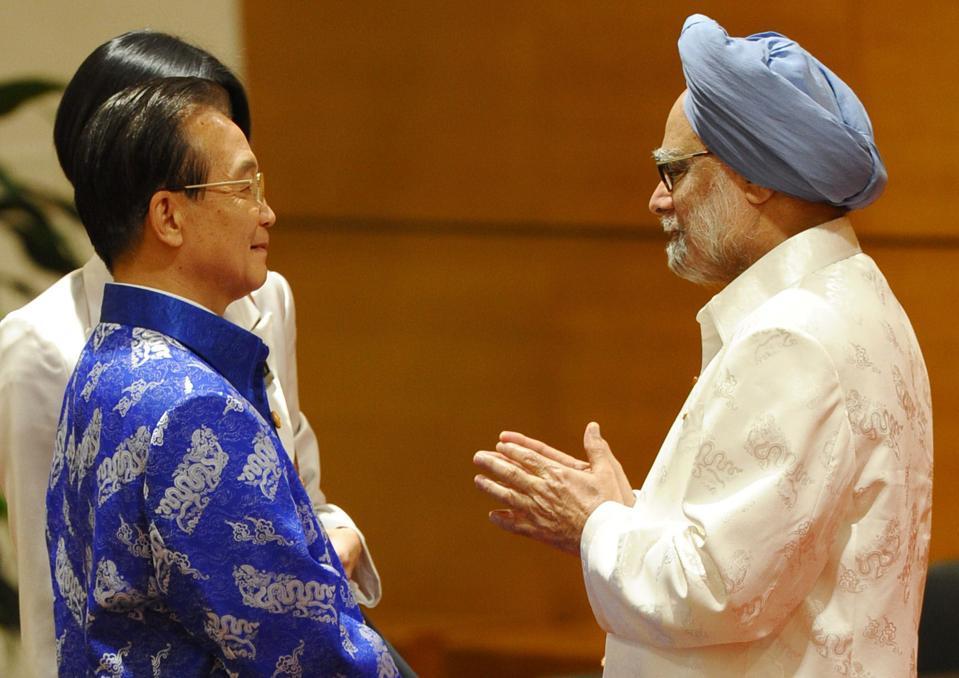 China's Premier Wen Jiabao (L) speaks wi