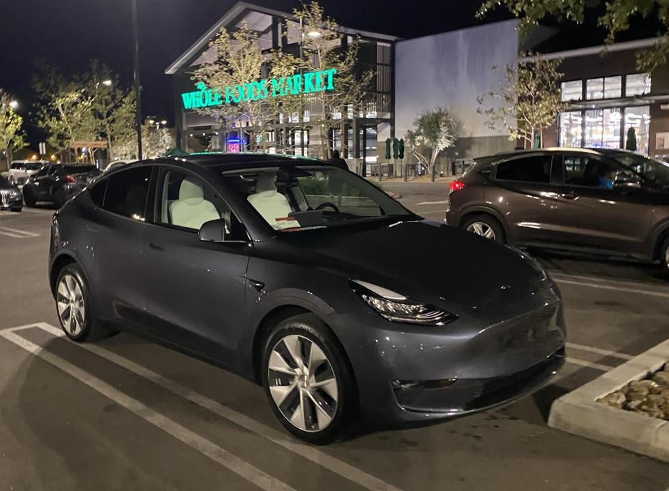 地元のホールフーズに引っ張ったとき、真新しいテスラモデルYが近くに駐車されていました。