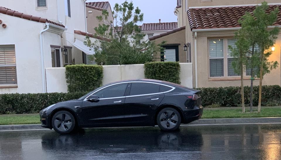 Tesla Model 3 à l'extérieur de la maison de mon voisin.