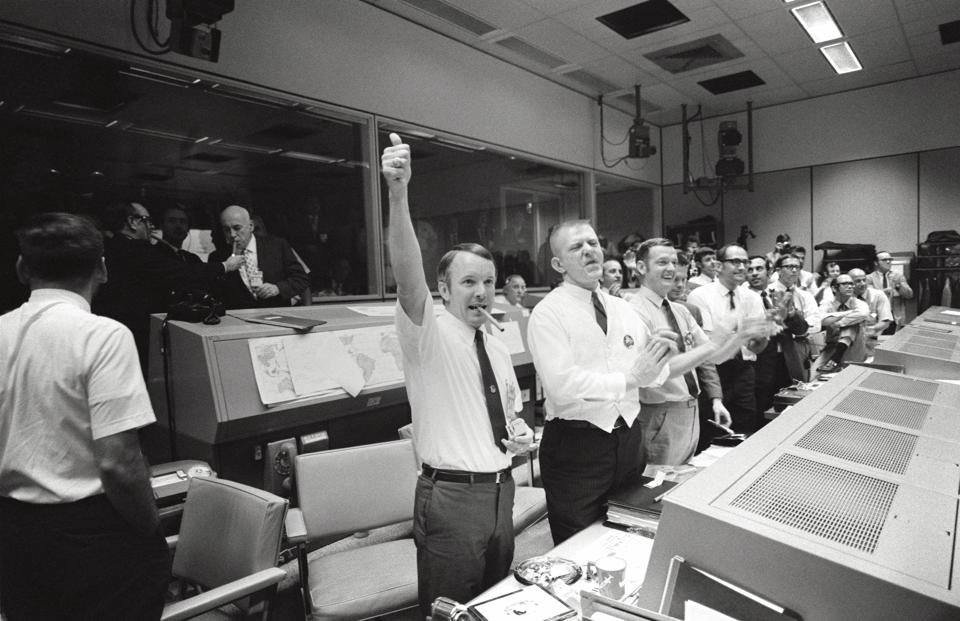 Space exploration, American Apollo program, manned mission APOLLO 13, Mission Control Center in Houston: Three of the four Apollo 13 Flight Directors applaud the successful splashdown of the Command Module ″Odyssey″ while Dr. Robert R. Gilruth, Direc
