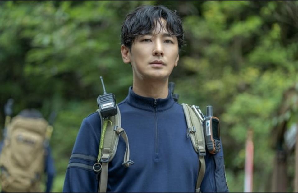 Ju Ji-hoon is a park ranger is 'Jirusan,' also called 'Cliffhanger.'