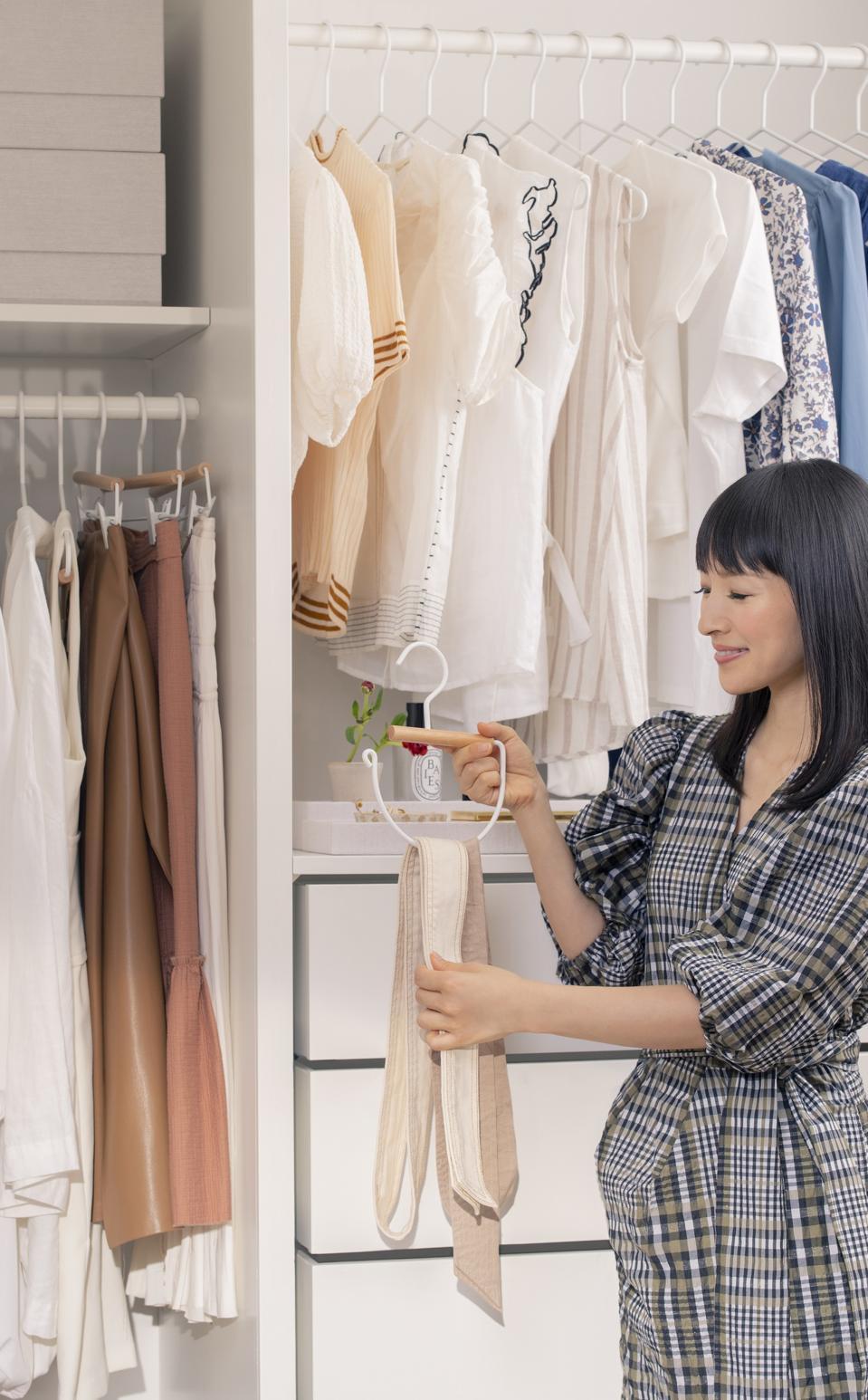 Marie Kondo organiza un armario de la colección The Container Store x KonMari