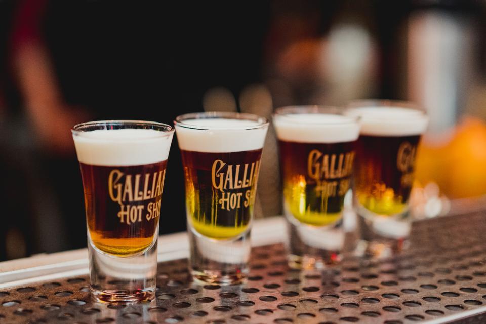 Cocktails chauds Galliano alignés au bar