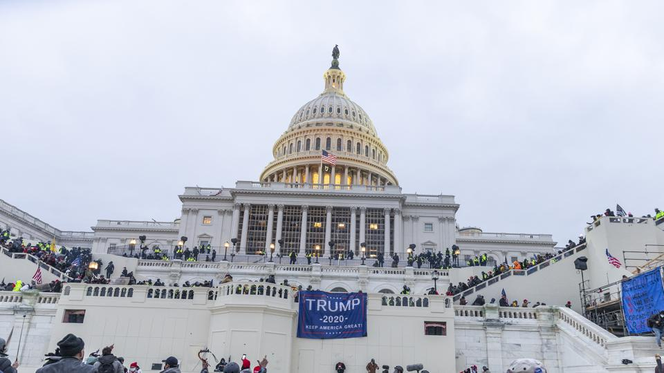 Police try to clear Capitol building where pro-Trump...