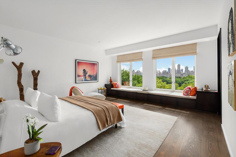 Spacious bedroom with view of the city