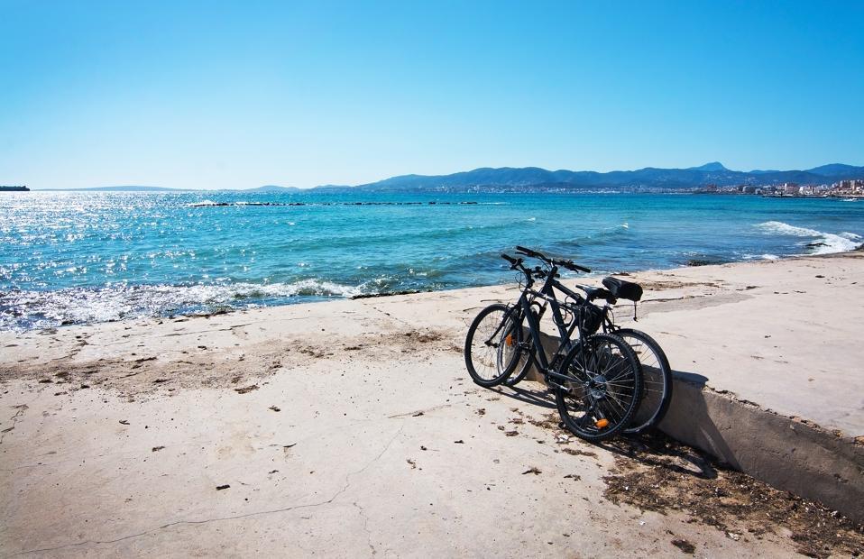 Deux vélos garés sur la plage de sable