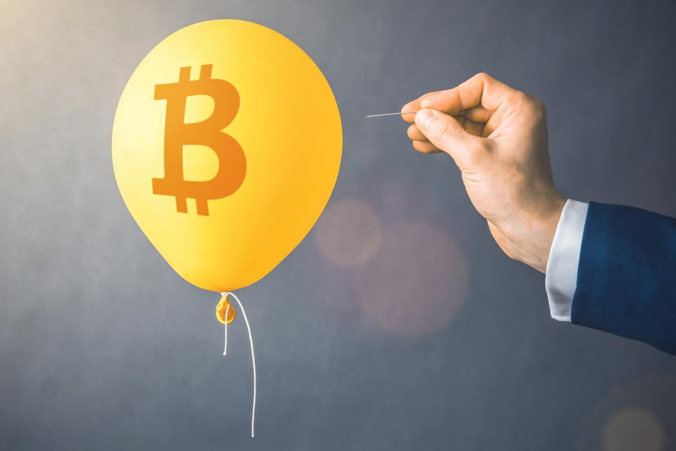 Symbole de crypto-monnaie Bitcoin sur ballon jaune.  Homme tenir l'aiguille dirigée vers le ballon à air.  Concept de risque financier