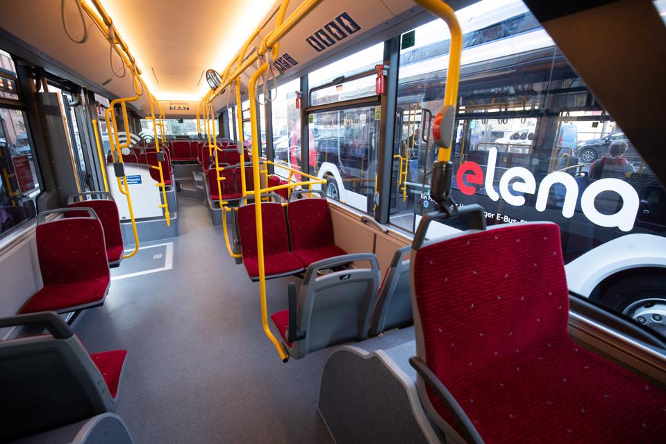 Transfer of two E-buses to Hochbahn and VHH