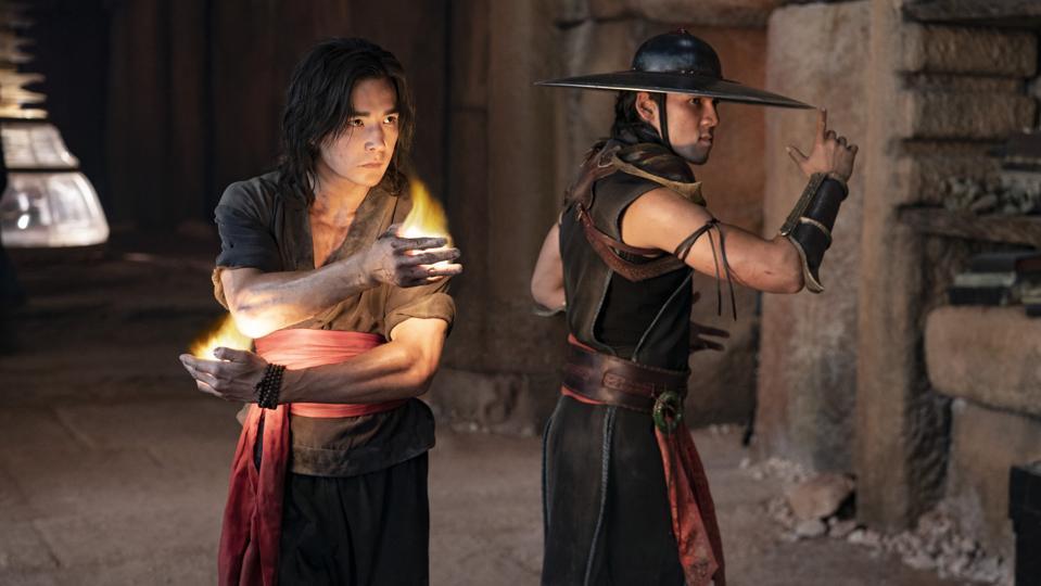 (De izquierda a derecha) Max Huang como Ludi Lin y Kung Lao como Liu Kong en la aventura de acción de New Line Cinema