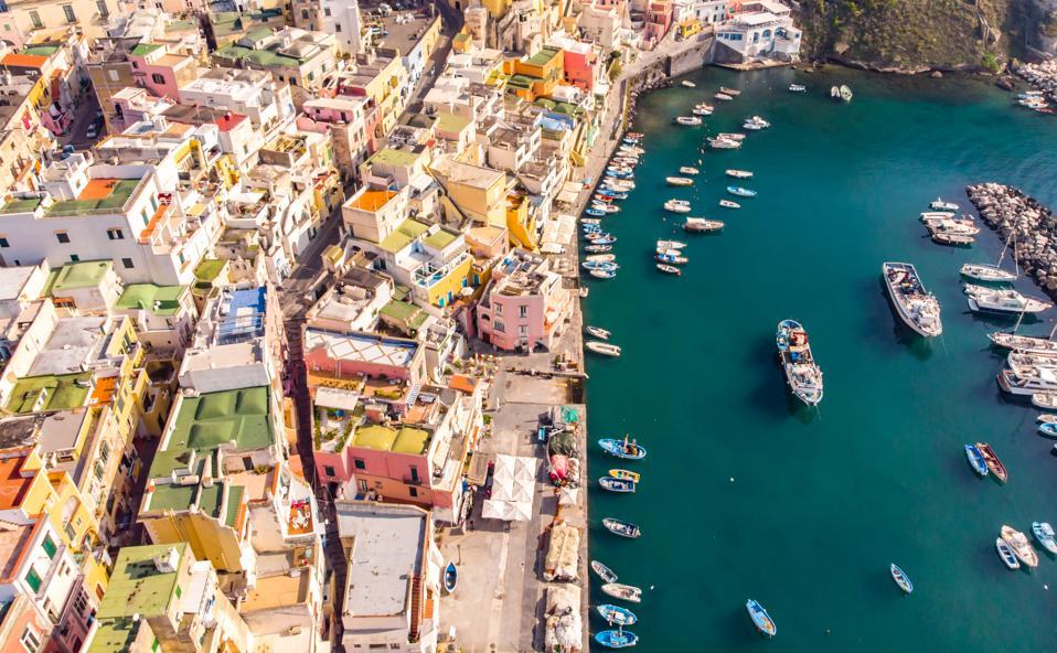 Una foto aerea senza equipaggio del villaggio di pescatori di Corricella sull'isola di Procida a Napoli, Italia