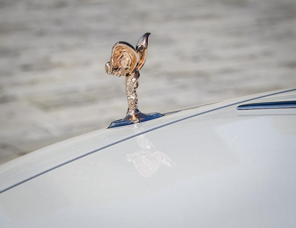The Spirit of Ecstasy in rose gold in the Dusk in Tokyo Collection represents the setting of the sun