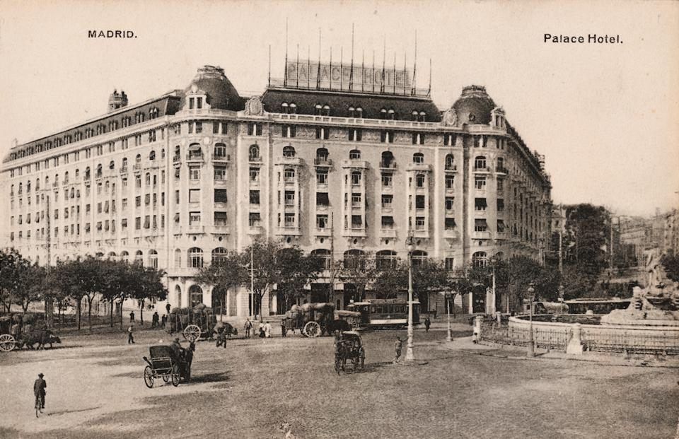 Black and white image of el Palace hotel Madrid from 1912.