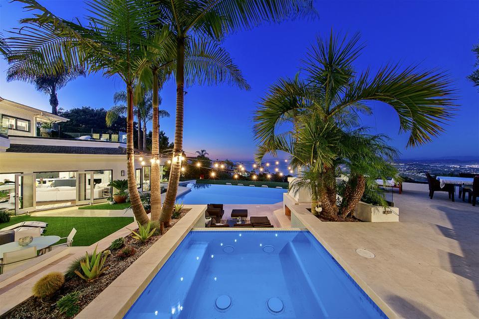 The swimming pool and spa at 1904 Via Casa Alta, La Jolla, CA