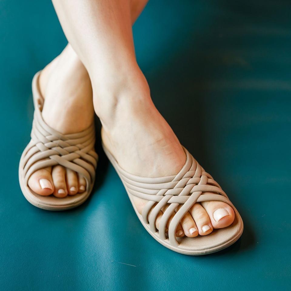 The Venice women's tan sandal