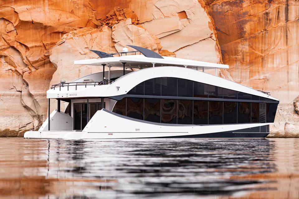 Bravada Yachts Invictus
