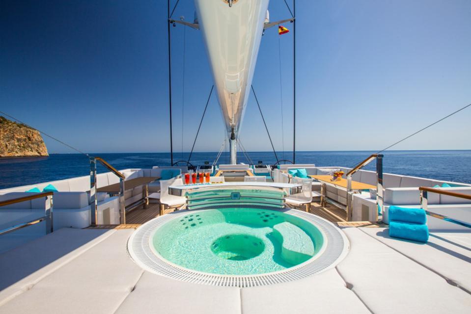 The hot tub onboard Aquijo.