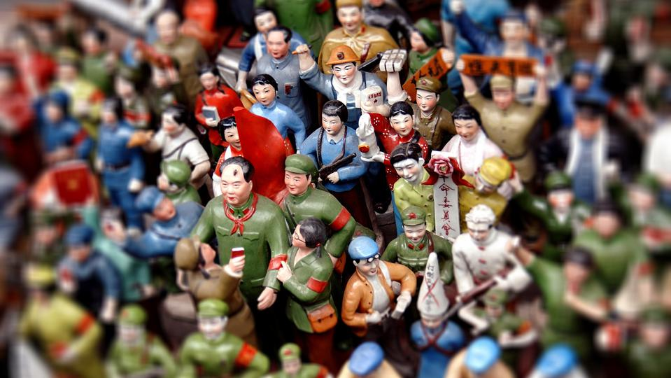 Figurines of Chinese workers surrounding Mao Zedong in a souvenir store