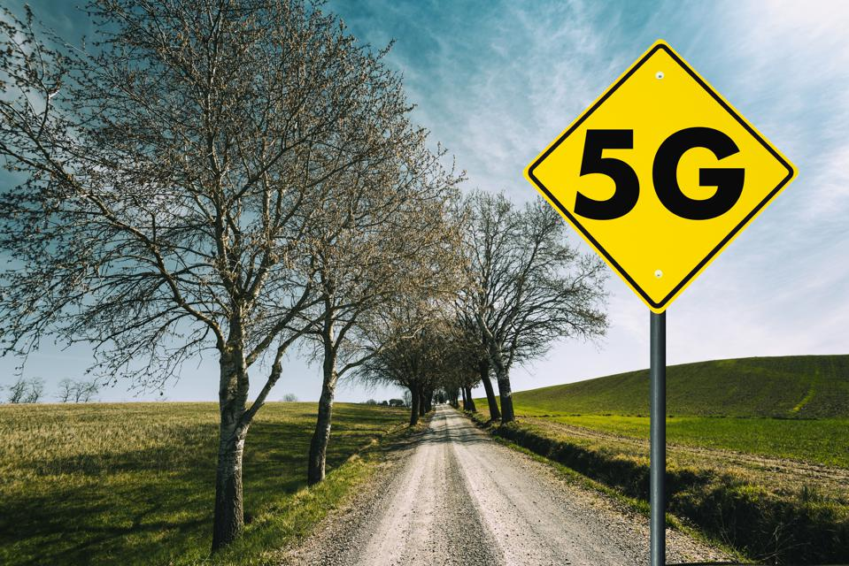 5g road sign in the countryside