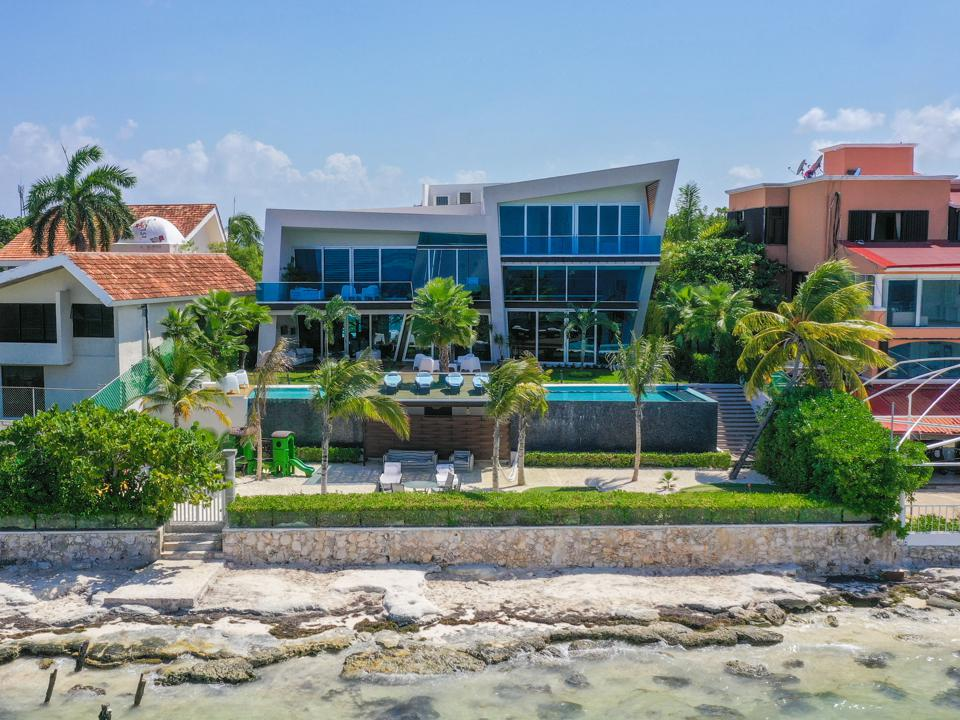 Casa EnMar is a modern-style home in Cancun designed by architect Sergio Orduña.