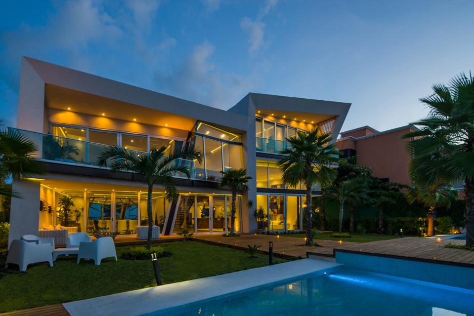 A night shot of a luxury home in Cancun designed by Sergio Orduña