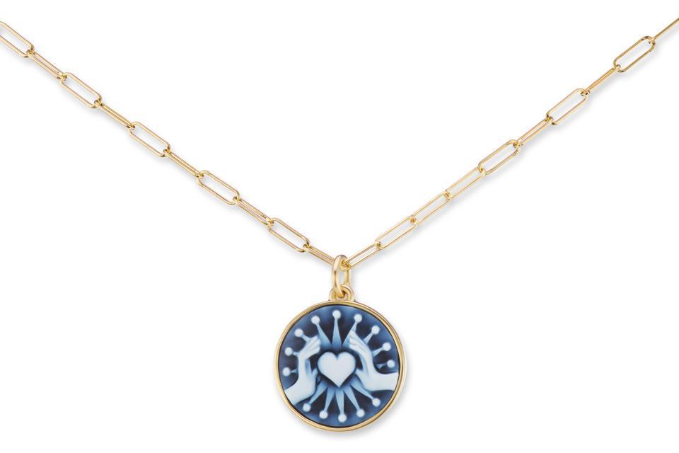 Collier de jeton d'amour Philia Camée, agate bleue sculptée à la main et or 18 carats, 5450 $, Ana Katerina