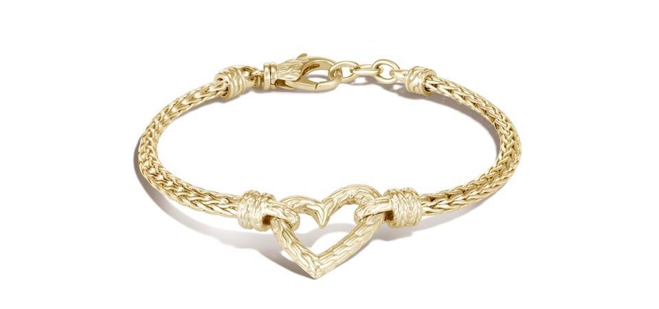 Bracelet à breloques cœur en chaîne classique de la Saint-Valentin, or 14 carats, Adwoa Aboah x John Hardy, 2 995 $