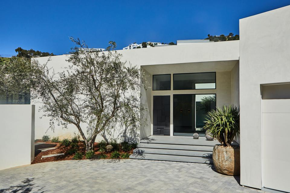 exterior of bobby flay's house in los angeles