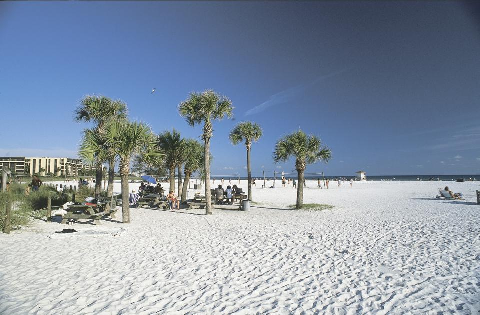 Las arenas blancas de Siesta Key Beach en Sarasota, Florida son 99% de cuarzo