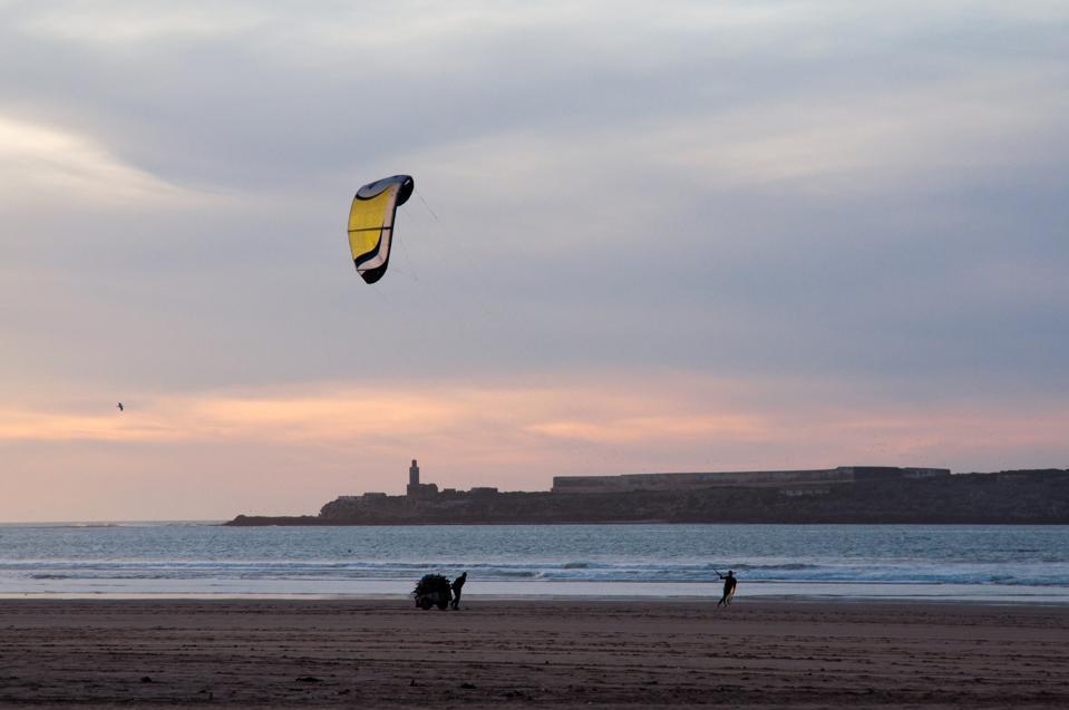 Un kitesurfista frente a la playa de Essaouira, la joya del Atlántico marroquí