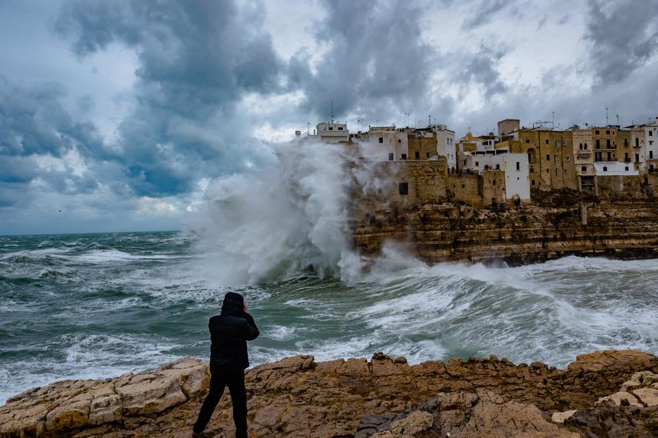 Una tormenta azotó la ciudad de Polignano a Mare en Puglia, Italia, el 5 de febrero de 2020.
