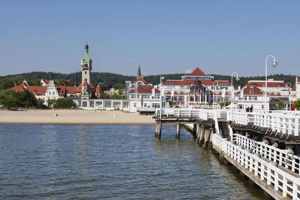 Poland, Pomerania, resort town of Sopot at Baltic Sea, view from the pier, beach