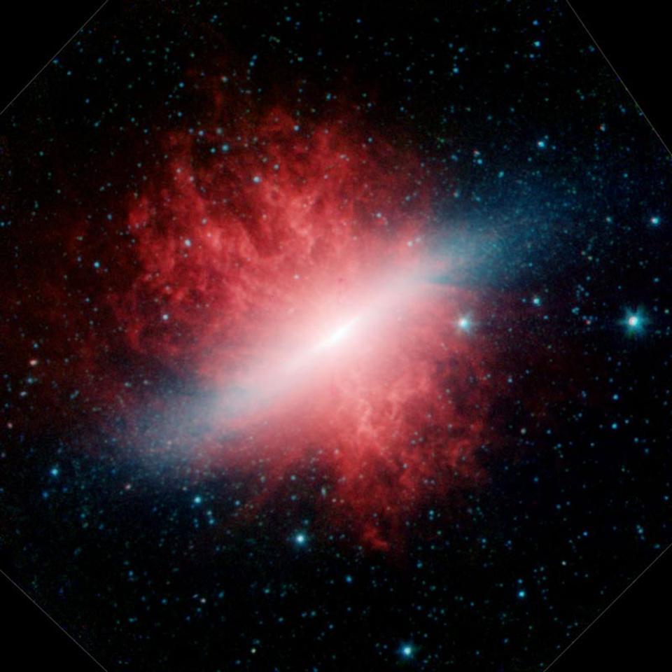 Die Zigarrengalaxie M82 in zwei verschiedenen Infrarotwellenlängen enthüllt Sterne und Staub.